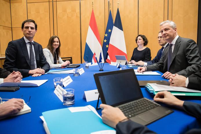 Minister Hoekstra en zijn Franse collega Bruno Le Maire aan tafel vanochtend in Parijs.