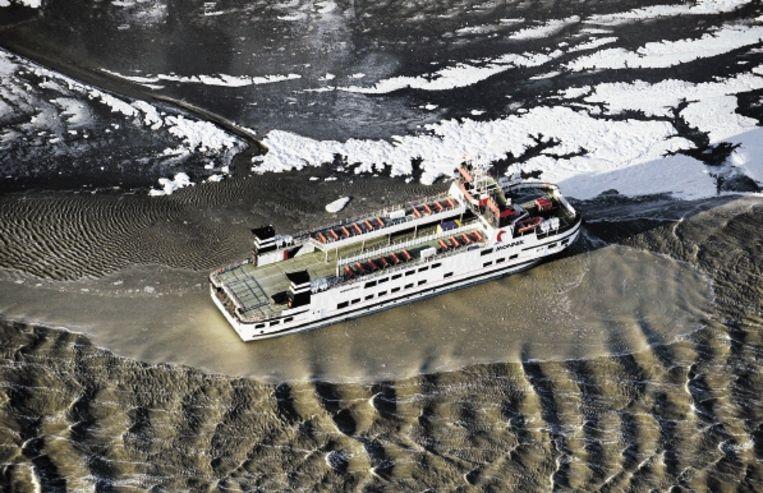 De veerboot van Schiermonnikoog, tijdelijk vast op een zandbank. Beeld ANP