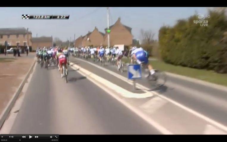 Parijs Roubaix Offredo valt over verkeersbord