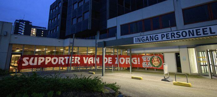 De supporters van FC Twente bedankten het zorgpersoneel van het MST.