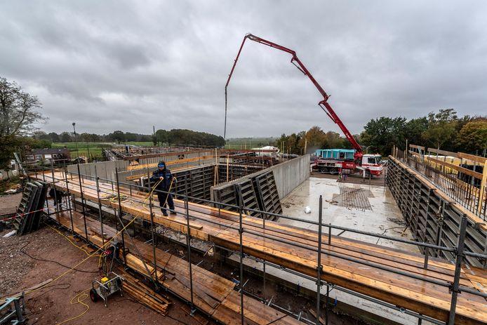 De 32 appartementen in aanbouw op het talud naast de Scheldeweg in Hoogerheide zijn naar verwachting rond september 2019 klaar voor de bewoners. Velen kwamen vandaag ondanks de regen al een kijkje nemen.