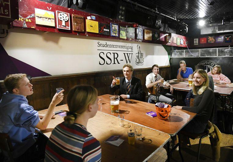 Eerstejaars studenten komen samen om een mensamaaltijd te eten bij studentenvereniging SSR-Wageningen (SSR-W).  Beeld ANP