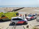 Ambulance en politie op het strand.