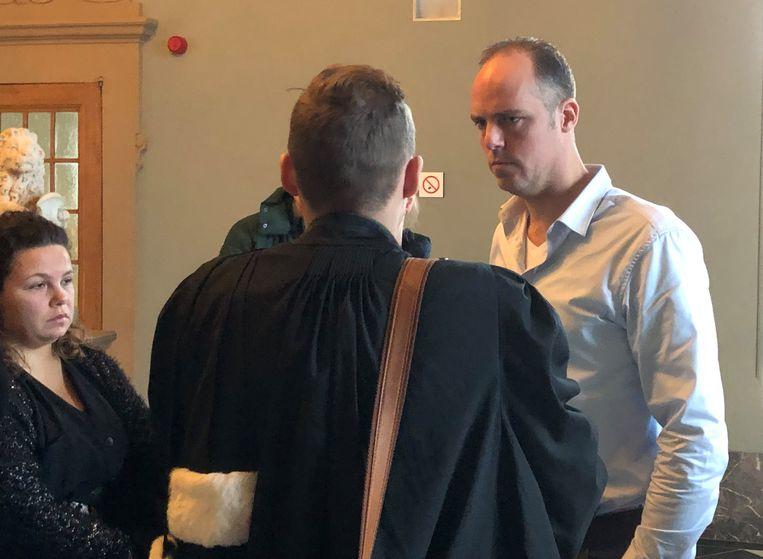 Spoedarts Rogier van Dokkum na afloop van het proces in overleg met zijn advocaat.