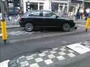 Auto klem op de bussluis bij de Houtmarkt.