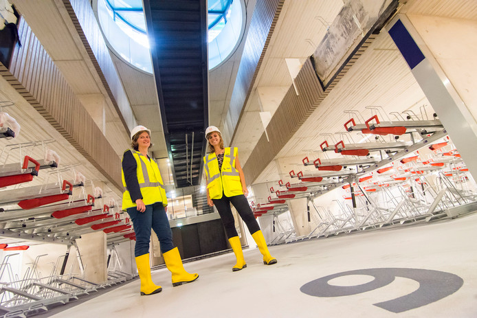 De projectleiders Tatjana Stenfert Kroese en Meike Hendriks onder de trap naar het nieuwe Stationsplein.
