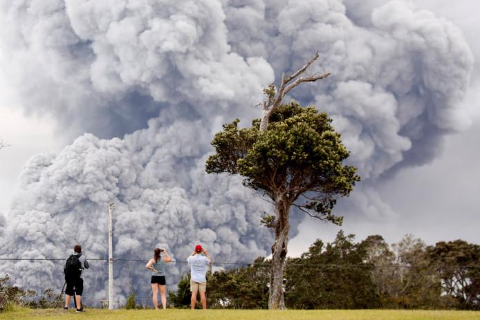 Mensen kijken naar de Kilauea-vulkaan  tijdens de aanhoudende uitbarstingen van lava en as. Foto  Terray Sylvester