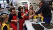 Kinderen bakken zelf pannenkoeken
