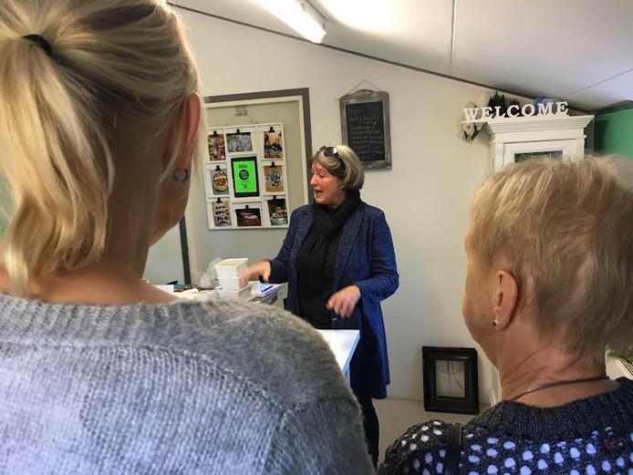 Inge Jager legt uit tijdens de Open Inspiratiedag van Kampboer.