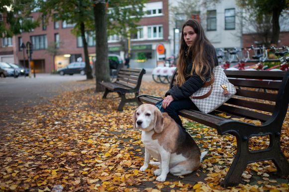 Sandy en haar hond Benji op de plek waar de twee mannen hen lastigvielen.