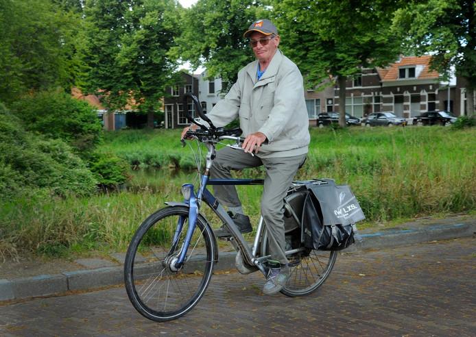 Piet Pieterse (76) op zijn fiets.