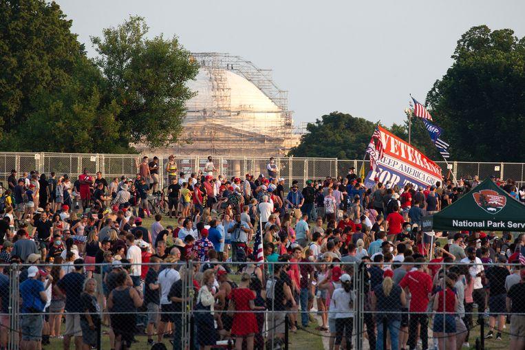 Mensen komen samen bij het Witte Huis.