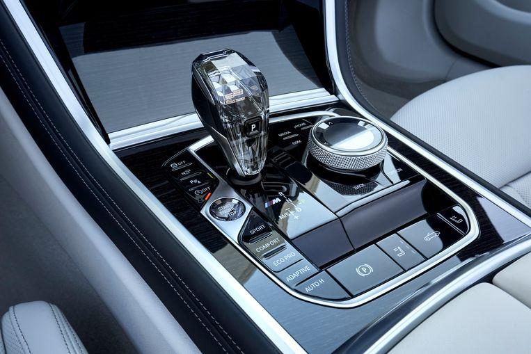 Glazen pook: de keuzehendel van de automatische versnelling is van kristalglas waarin het cijfer 8 'zweeft'. In het donker is dat cijfer ook nog eens verlicht. Beeld