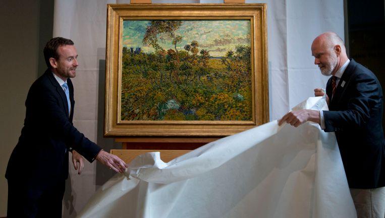 Directeur van het Van Gogh Museum Axel Ruger (links) en hoofdonderzoeker Louis van Tilborgh onthullen het nieuwe werk van Van Gogh. Beeld AP
