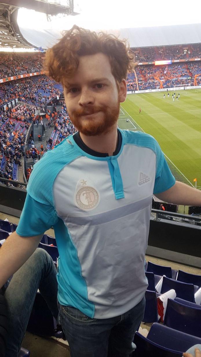 Feyenoord-supporter Freek Verhulst moest zijn lichtblauwe uitshirt binnenstebuiten dragen.