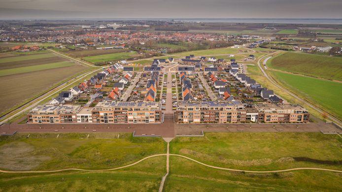 De wijk Veerhaven in Kruiningen nadert haar voltooiing. Het tweede appartementengebouw (links) is eind vorig jaar gebouwd. Alleen het penthouse in het midden van het gebouw is nog te koop.