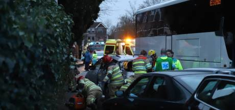 NS-bus ramt vijf auto's en bakfiets in Bussum: vrouw overleden