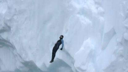 Een levensgevaarlijke droom die uitkomt: man duikt van 25 meter hoge klif op Antarctica
