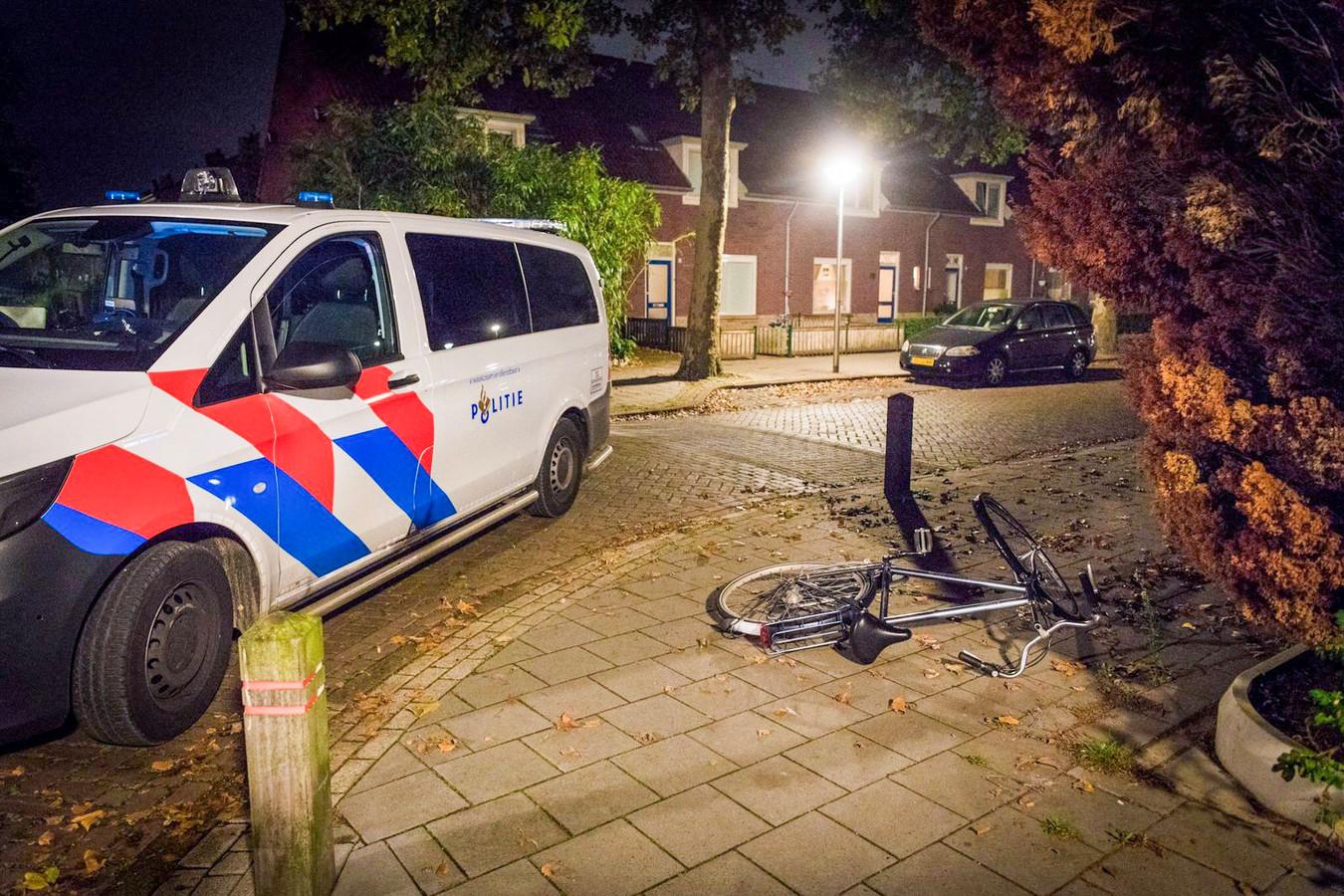 De politie bij de fiets van de overvaller.