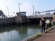Politie vist naar gestolen barkrukken in de haven van Maassluis