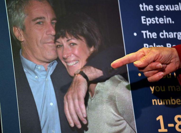 Ghislaine Maxwell zit vast omdat ze tussen 1994 en 1997 minderjarige meisjes zou hebben gelokt en klaargestoomd voor seks met de zakenman en multimiljonair Jeffrey Epstein (links).