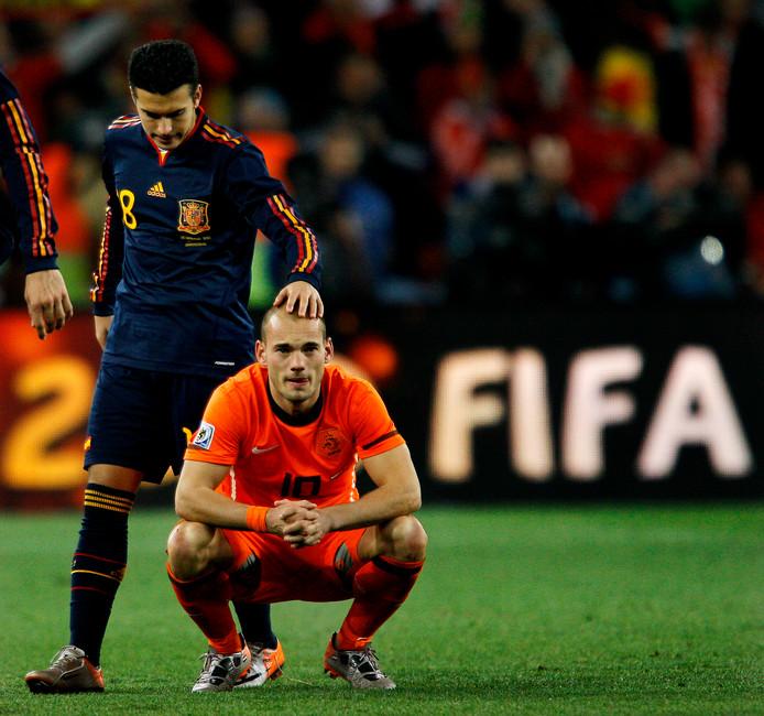 Wesley Sneijder kan het nog niet geloven: Nederland loopt in Zuid-Afrika de eerste wereldtitel mis.