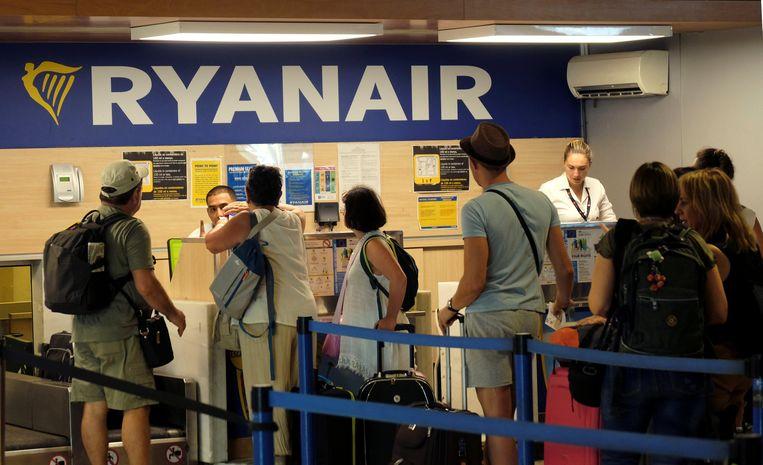 Reizigers staan in de rij bij Ryanair. Beeld REUTERS