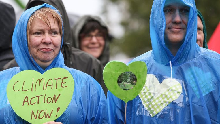 Demonstranten in de regen op de klimaatmars in Brussel. Beeld epa