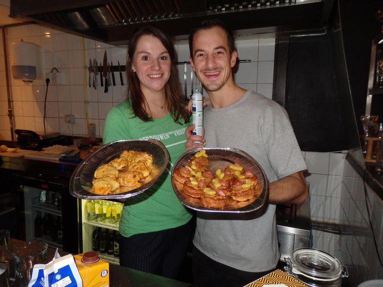 Shirley de Meij en Scip Schippers van De Ruyschkamer, met pasteitjes van pindakaas/banaan of pompoen/wortel en een brokje. 'Echt een traktatie.' Beeld Schuim