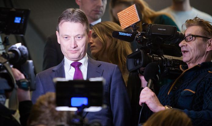Halbe Zijlstra staat in de schijnwerpers, kort nadat hij zijn aftreden heeft bekendgemaakt. Rutte is nu zijn politieke maatje kwijt.