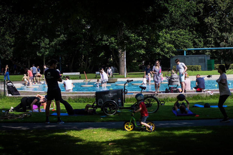 Onder andere bij het pierenbadje in het Vondelpark strijken clubjes sporters neer. Sommige ouders zijn daar niet altijd blij mee.