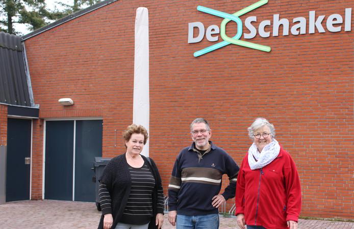 Het bestuur van Stichting Gemeenschapscentrum Dorplein, met van links naar rechts: Lise Cuppens, Henk Hoeben en Wimke Houthuijzen. Op de foto ontbreken voorzitter Rob Meurkens en Christ Dirks.