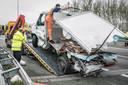 Het wrak van de bestelwagen wordt weggetakeld na het ernstige ongeval op de A73.