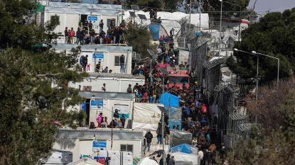 Griekenland brengt honderden migranten naar het vasteland