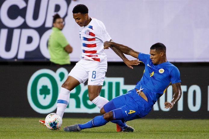 PEC Zwolle-verdediger Darryl Lachman, die hier een tackle inzet tegen de VS, treft Costa Rica met Curaçao, op 15 november in Willemstad.