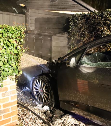 Jaguar op een oprit in Rumpt verwoest door vlammen