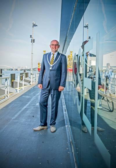 bc2d1c42465 Het Waddinxveense raadslid Albert Grooten (D66) heeft burgemeester Martijn  Vroom van Krimpen aan den IJssel op Twitter een hart onder de riem gestoken.