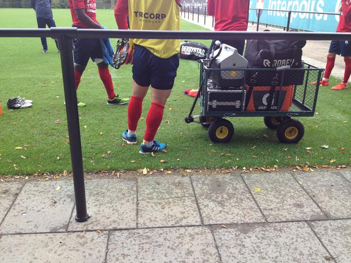 Andreias Calcan met afgeknipte sokken, ook op de training.
