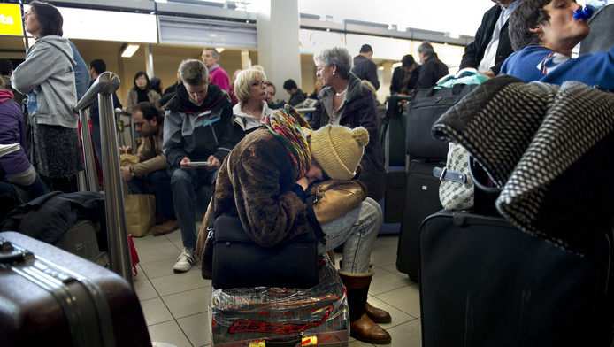 Gedupeerde reizigers op Schiphol. Archieffoto.