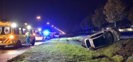 Auto raakt van de weg en belandt op z'n kant langs de A16 bij Breda-Noord