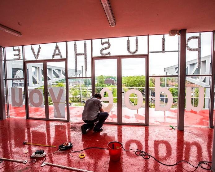 Het inrichten van de expositie. Foto Jan van Eijndhoven