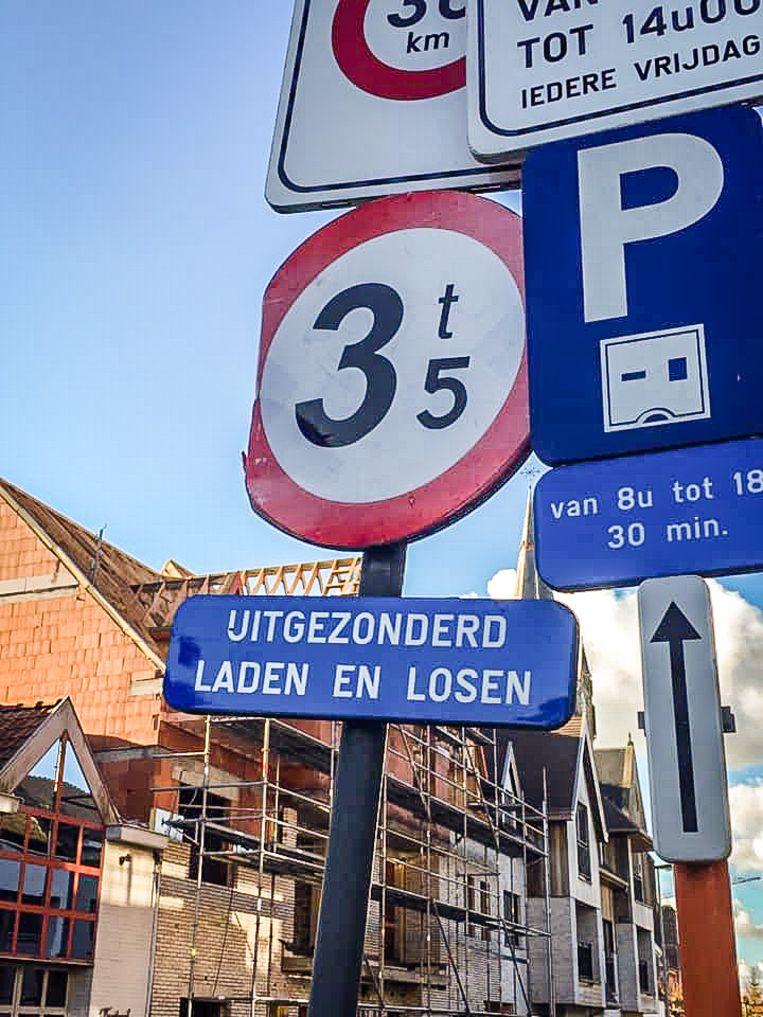 Het verkeersbord met spelfout stond recht tegenover het gemeentehuis.