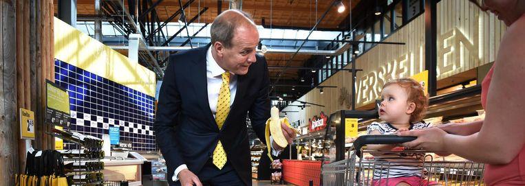 Frits van Eerd in een van zijn supermarktfilialen in Veghel: 'Het maakt onze klant echt niet uit of Albert Heijn groter is. Die wil gewoon goed geholpen worden op de plek waar hij winkelt.' Beeld Marcel van den Bergh / de Volkskrant