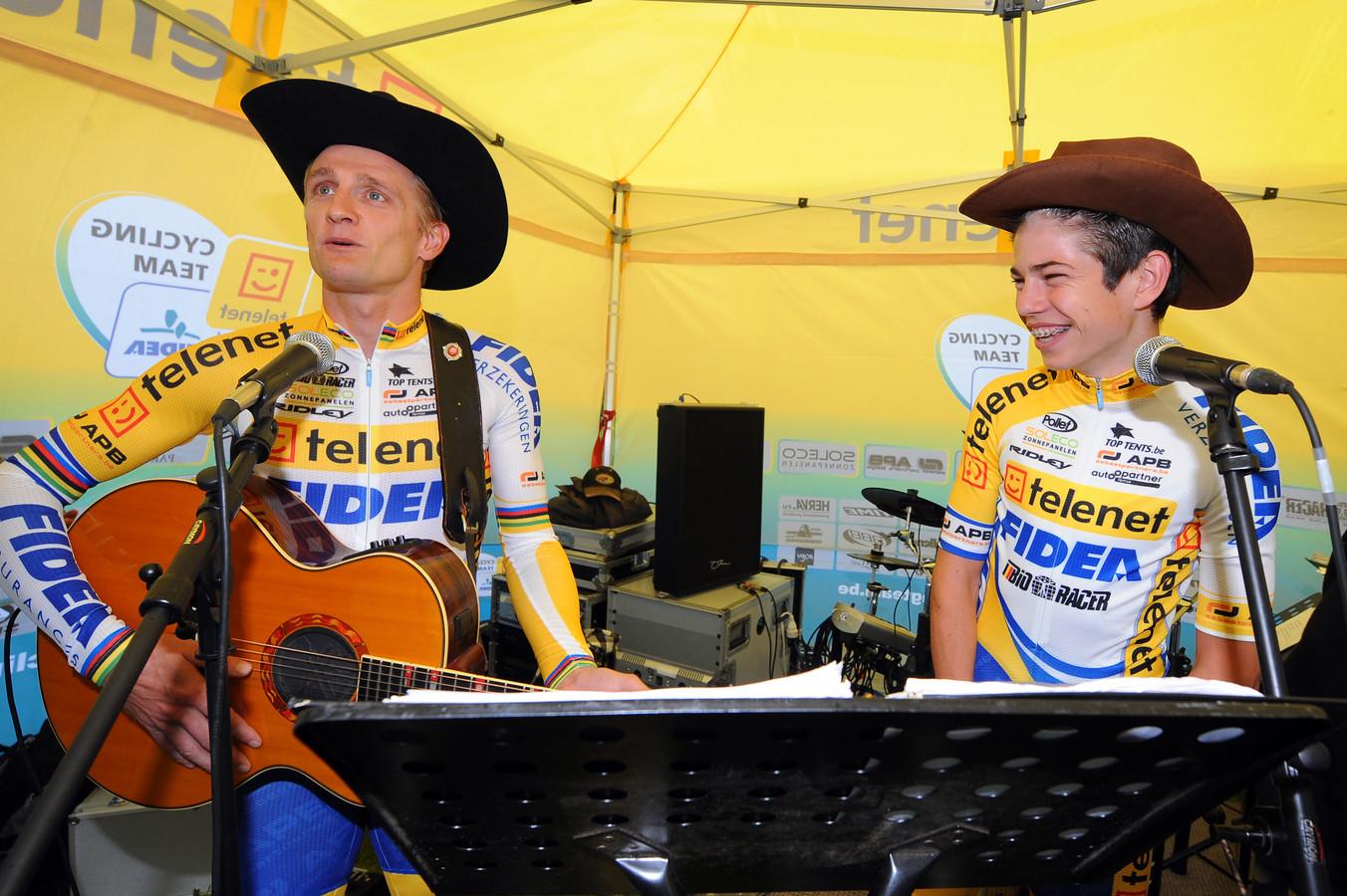 De jonge Wout van Aert samen met Bart Wellens tijdens een van de ploegvoorstellingen van Telenet Fidea.
