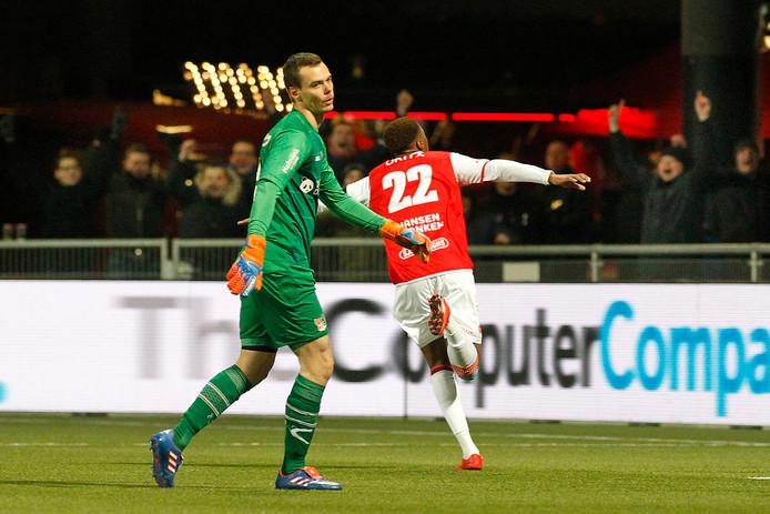 NEC-doelman Joris Delle baalt, terwijl MVV'er Jonathan Okita zijn doelpunt viert. MVV versloeg NEC afgelopen seizoen met 4-1 in Maastricht.