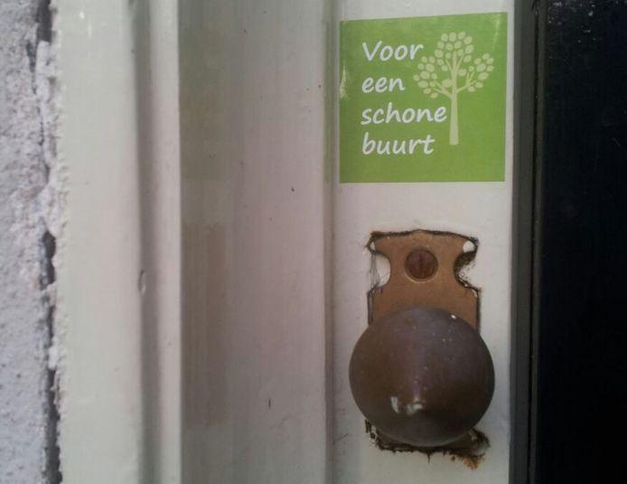 Wie een sticker boven zijn deurbel heeft geplakt, spreekt uit mee te helpen zijn buurt schoon te houden.