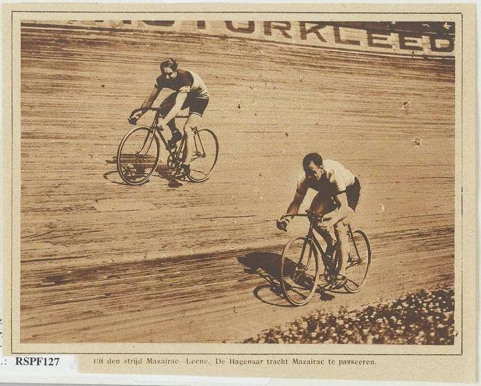 Tijdens zijn carrière vocht Mazairac vele sprintduels uit, zoals hier met Bernard Leene op de Rijswijkse wielerbaan. foto collectie west-brabants archief