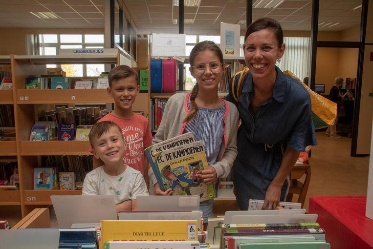 Katrien met Laure, Rune en Lander in de tijdeljke bibliotheek.