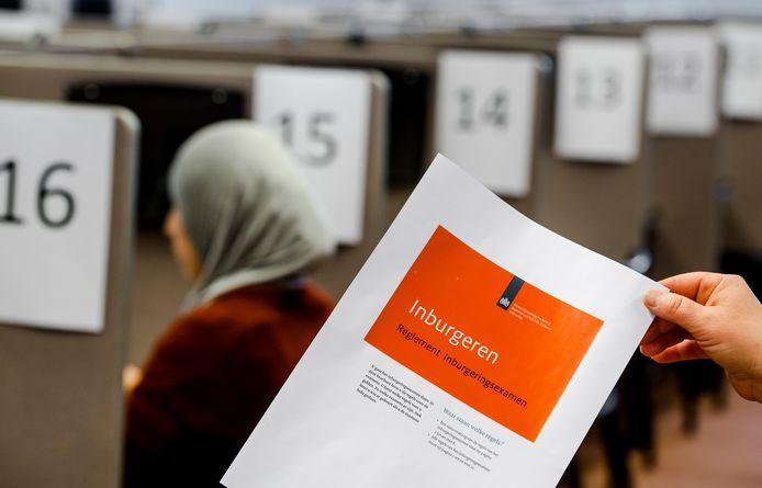 Turken die in Nederland asiel aanvragen moeten net als andere nieuwkomers geld voor taalles kunnen lenen bij de overheid, menen D66 en CDA.