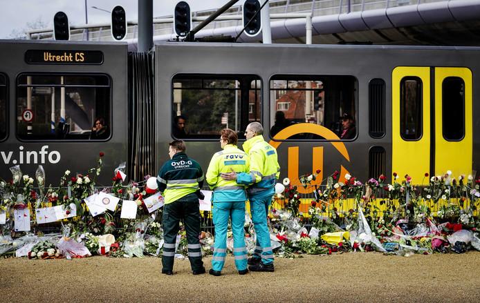 Ambulancemedewerkers herdenken op het 24 Oktoberplein de aanslag